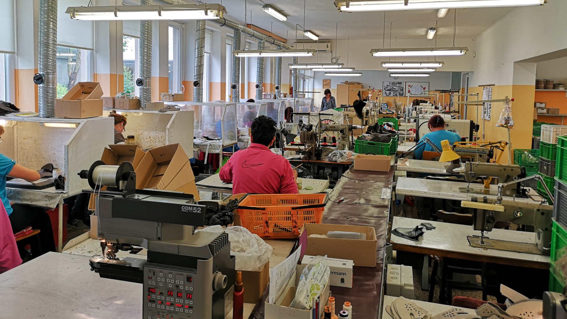 Herstellung von Schuhoberteilen, női cipőfelsőrész